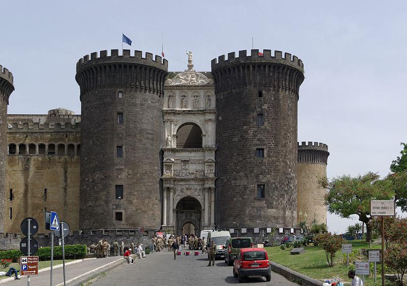Vue  du médiéval Castel Nuovo (crédit : Commons Wikimedia)