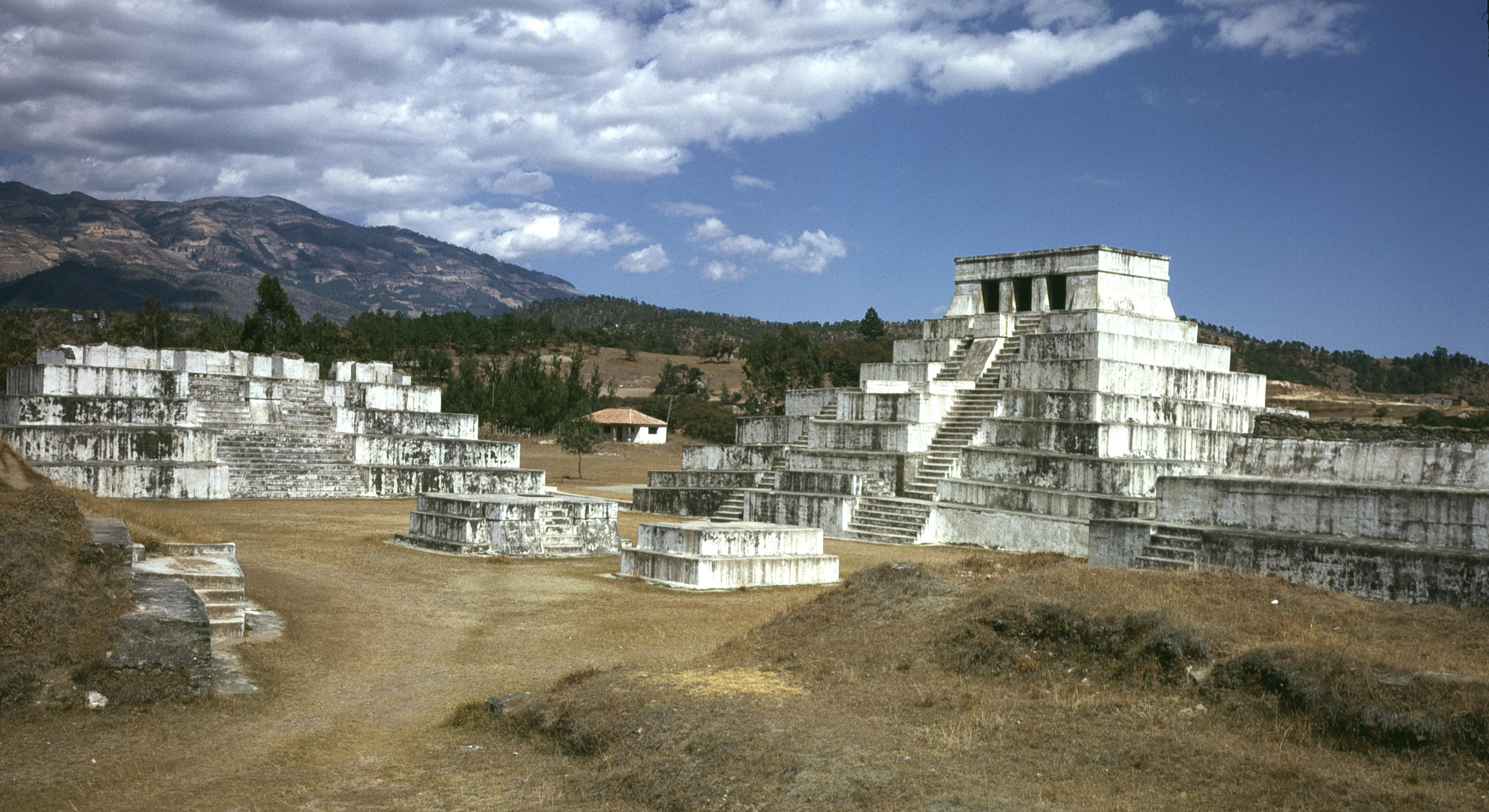 Place principale de la zone archéologique de Zaculeu